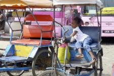 mg-meisje op fiets madagaskar breed.jpg